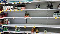Prázdné regály s mıdly v australském supermarketu ve městě Canberra.