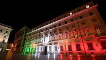 Nasvícené sídlo Palazzo Chigi v Římě, kde sídlí italskı premiér. Budova hraje...