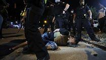 Policie v Memphisu použila na demonstranty pepřovı sprej.