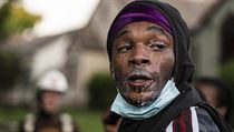 Demonstrace v Minnesotě - protestující si obličej polil mlékem kvůli slznému...