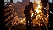 Protestující v americkém státu Minnesota zakládá požár.