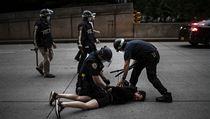 Newyorská policie zatıká demonstranty, kteří odmítli vyklidit ulice po začátku...
