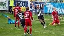 Fotbalisté Dynama se radují z druhé branky do sítě Olomouce.