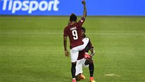 Guélor Kanga se raduje z druhého gólu Sparty se spoluhráčem Costou Nhamoinesu.