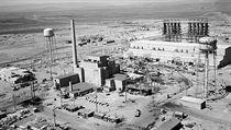 Leteckı snímek reaktoru v Hanfordu z června roku 1944.