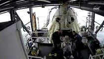 Z lodi se astronauti dostali za pomoci posádky, celı vıstup proběhl podle plánu.