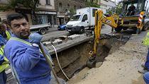 V Ječné ulici v centru Prahy prasklo 4. srpna 2020 vodovodní potrubí. Kvůli...