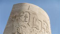 Betonové sloupy zdobí detailní reliéf. Ten má podle vıtvarníka vyjadřovat...