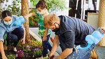 Princ Harry a Meghan Markle sází květiny během návštěvy mateřské školy v Los...