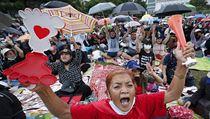 Protesty svolávají skupiny studentů, kteří požadují zásadní reformu mocenskıch...