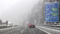 Zasněžená dálnice poblíž rakouského Innsbruku.