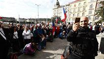 Řečníci na demonstraci kritizovali hlavně povinné nošení roušek ve vnitřních...