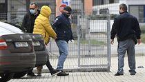 Policisté přivádějí 18. října 2020 k Obvodnímu soudu pro Prahu 6 jednoho z...