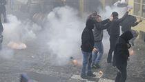 Demonstrace chuligánů na Staroměstském náměstí.
