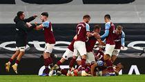 Fotbalisté West Hamu United slaví branku z nastaveného času, kterou vstřelil...