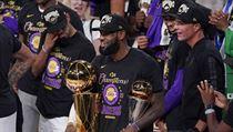LeBron James ověnečnı trofejemi po finále NBA.