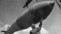 """Tallboy, čili """"Vysokı chlapec"""", je bomba střední ráže vážící přes 5 tun,..."""