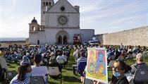 Někteří lidé sledovali blahořečení před bazilikou sv. Františka z Assisi ve...