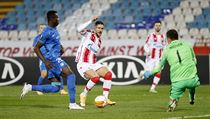 Filip Nguyen a Mohamed Tijani se snaží zabránit Diegovi Falcinellimu ve...