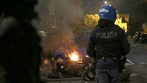 Dva policisté při římskıch potyčkách utrpěli zranění a nejméně deset...