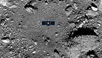 Snímek ukazuje odebírání vzorků z planetky Bennu.
