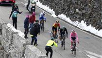Joao Almeida (v růžovém) přišel v osmnácté etapě o post vedoucího závodníka...