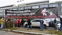 Před hlavním vchodem do budovy České televize v Praze 17. listopadu 2020...