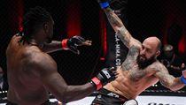 Českı MMA zápasník Michal Martínek v souboji s Američanem Danielem Jamesem