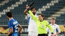 Gent vs. Liberec, Evropská liga: žlutá karta v ruce Kateryni Monzulové.