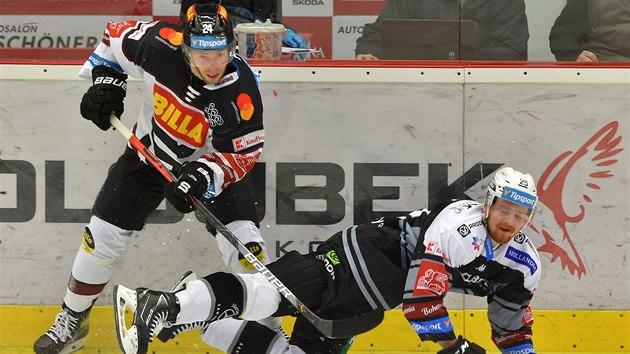 Utkání 29. kola hokejové extraligy: HC Energie Karlovy Vary - HC Sparta Praha, 23. prosince 2020 v Karlovıch Varech. Zleva Matúš Sukeľ ze Sparty a David Kaše z Karlovıch Varů.