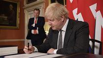 Boris Johnson podepisuje dohodu s EU.