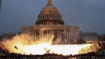 Podporovatelé Trumpa, kteří obsadili americkou budovu Kapitolu, kde sídlí...