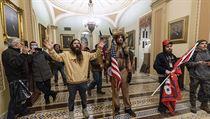 Příznivci Donalda Trumpa potulující se po americkém Kapitolu.