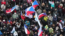 Na pražském Staroměstském náměstí se dnes sešly stovky demonstrantů proti...