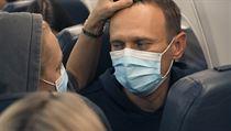 Alexej Navalnyj se svou manželkou Julií na palubě letadla, které ho zaneslo...