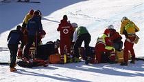 Ošetřování Urse Kryenbühla po pádu v Kitzbühelu