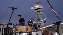 Multimediální umělec Floex a robotickı bubeník Josef.