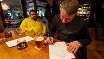 Hosté podepisují petiční archy 23. ledna 2021 v restauraci Veranda v Ústí nad...