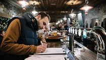 Lidé mohli v hospodách a restauracích podepisovat petice za jejich...