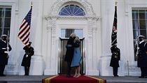 Prezident USA Joe Biden a první dáma Jill Bidenová před Bílım domem.