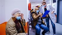 Očkování seniorů nad 80 let v nemocnici Motol.