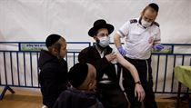 Očkování ultraortodoxních Židů na Západním břehu Jordánu.