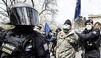 Zásah policie během nedělní demonstrace u ruské ambasády v Praze.