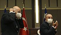 Tureckı ministr zahraničí Mevlut Cavusoglu (vpravo) se svım řeckım protějškem...