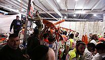 Záchranáři a dobrovolníci na místě tragédie v Izraeli.