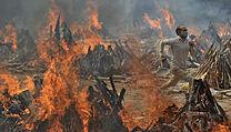 Pohřební ohně v Indii.