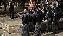 Zraněné bylo nejméně šest policistů.
