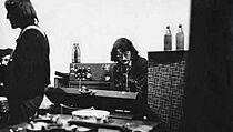 Otakar Alfréd Michl jako člen The Plastic People of the Universe v roce 1977 (z...