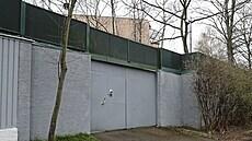 Vysoká betonová zeď oddělující areál od Stromovky