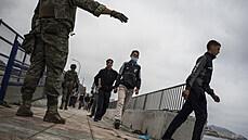 Španělská armáda dohlíží na migranty na hranicích Ceuty, španělské enklávy na...